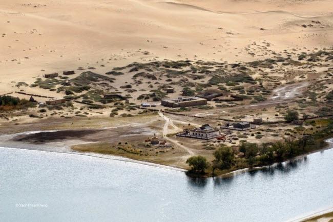Những hồ nước bí ẩn trên sa mạc đẹp như tiên cảnh ở Trung Quốc - 6