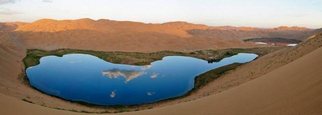 Những hồ nước bí ẩn trên sa mạc đẹp như tiên cảnh ở Trung Quốc - 9