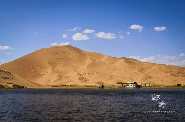Những hồ nước bí ẩn trên sa mạc đẹp như tiên cảnh ở Trung Quốc - 7