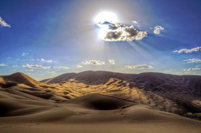 Những hồ nước bí ẩn trên sa mạc đẹp như tiên cảnh ở Trung Quốc - 10