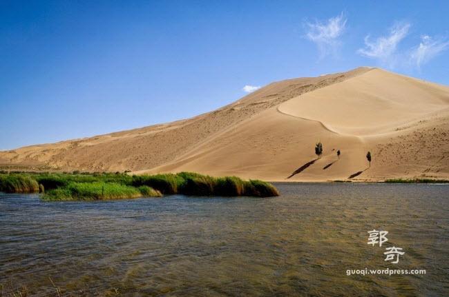 Những hồ nước bí ẩn trên sa mạc đẹp như tiên cảnh ở Trung Quốc - 8