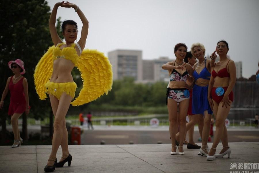 1513682798 35 hoa h    u b   la  o 2 1513674282 width900height600 Phát ngất vì cuộc thi Hoa hậu Cải thảo, Bò sữa ở Trung Quốc