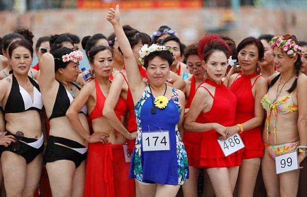 1513682798 972 hoa h    u b   la  o 3 1513674293 width631height406 Phát ngất vì cuộc thi Hoa hậu Cải thảo, Bò sữa ở Trung Quốc