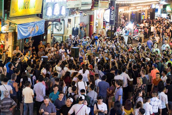"""Khán giả Bùi Viện """"bấn loạn"""" khi Đông Nhi bất ngờ hát live trên phố đi bộ - 1"""