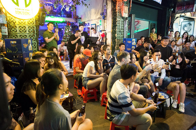 """Khán giả Bùi Viện """"bấn loạn"""" khi Đông Nhi bất ngờ hát live trên phố đi bộ - 2"""