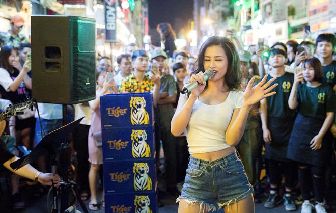 """Khán giả Bùi Viện """"bấn loạn"""" khi Đông Nhi bất ngờ hát live trên phố đi bộ - 4"""