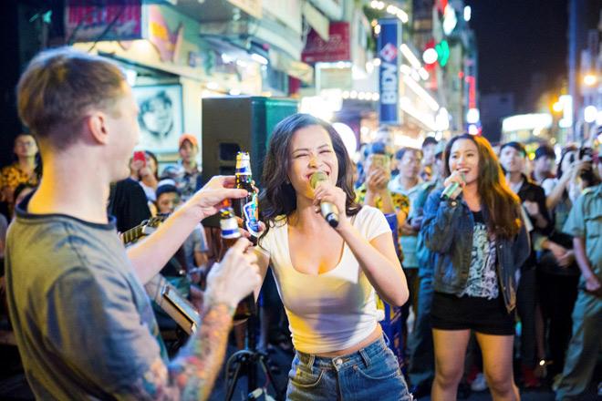 """Khán giả Bùi Viện """"bấn loạn"""" khi Đông Nhi bất ngờ hát live trên phố đi bộ - 5"""