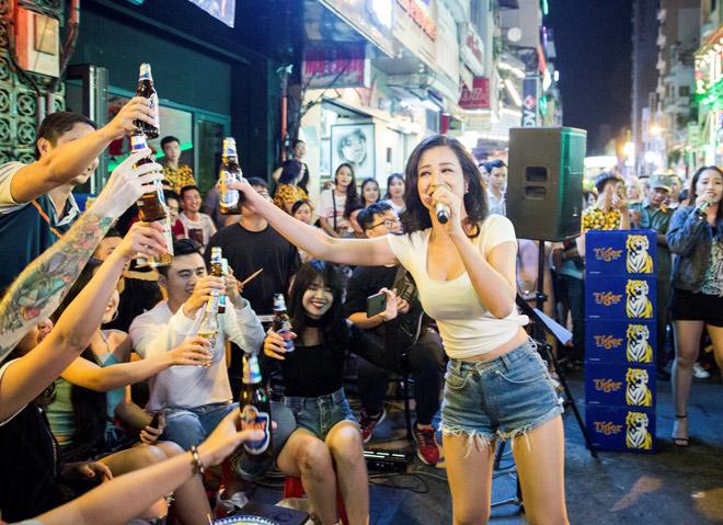 """Khán giả Bùi Viện """"bấn loạn"""" khi Đông Nhi bất ngờ hát live trên phố đi bộ - 6"""