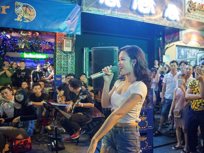"""Khán giả Bùi Viện """"bấn loạn"""" khi Đông Nhi bất ngờ hát live trên phố đi bộ - 7"""