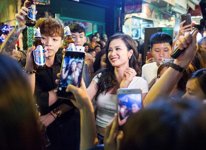 """Khán giả Bùi Viện """"bấn loạn"""" khi Đông Nhi bất ngờ hát live trên phố đi bộ - 8"""