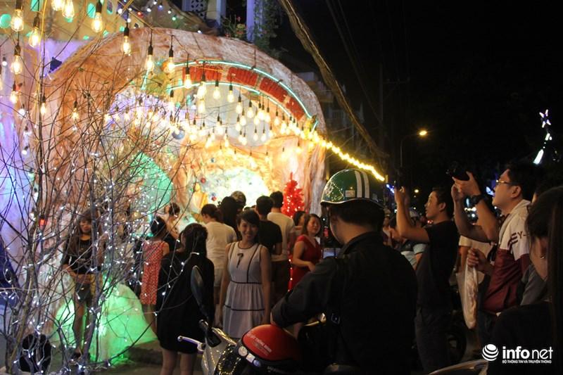 TP HCM: Hàng nghìn người đổ về xóm đạo đón Noel sớm - 7