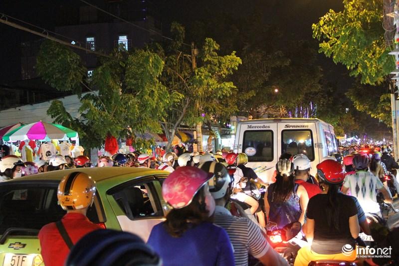 TP HCM: Hàng nghìn người đổ về xóm đạo đón Noel sớm - 14