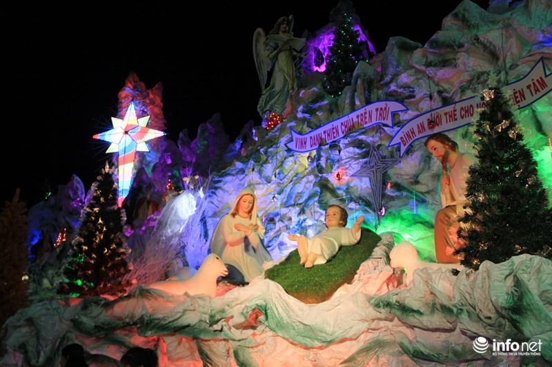 TP HCM: Hàng nghìn người đổ về xóm đạo đón Noel sớm - 3