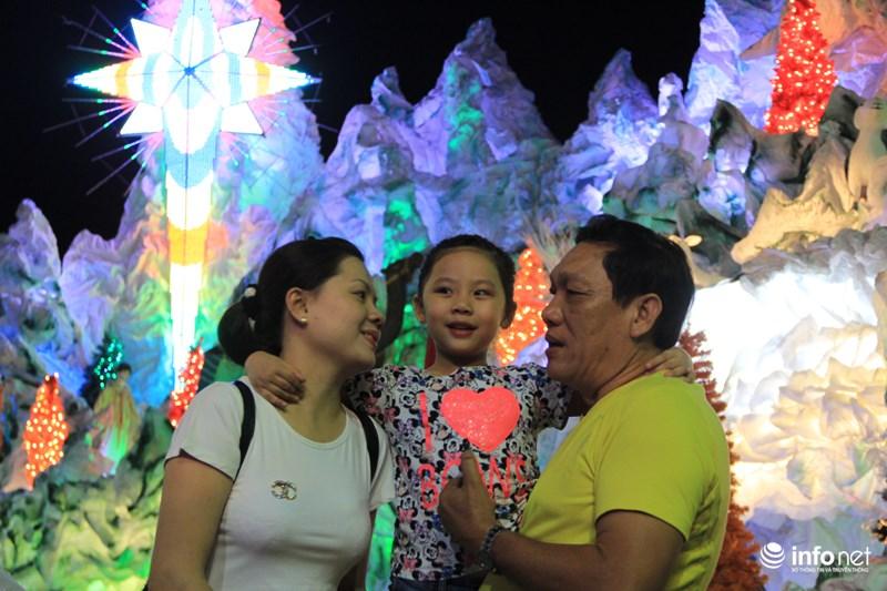 TP HCM: Hàng nghìn người đổ về xóm đạo đón Noel sớm - 9