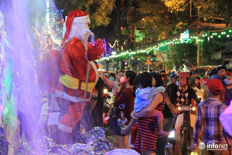 TP HCM: Hàng nghìn người đổ về xóm đạo đón Noel sớm - 8