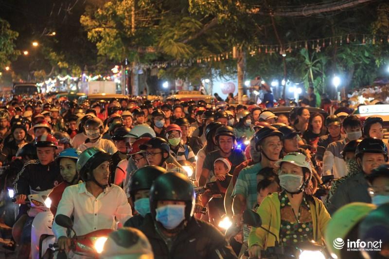 TP HCM: Hàng nghìn người đổ về xóm đạo đón Noel sớm - 13