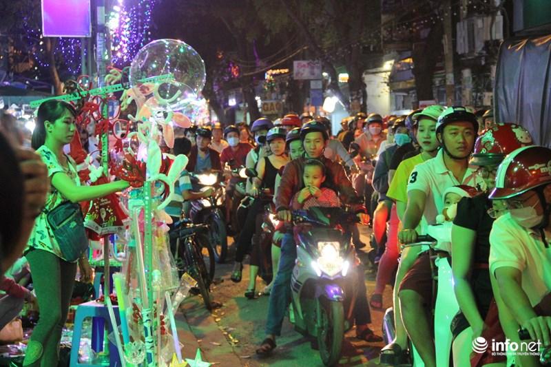 TP HCM: Hàng nghìn người đổ về xóm đạo đón Noel sớm - 15