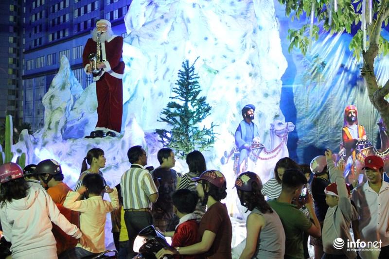 TP HCM: Hàng nghìn người đổ về xóm đạo đón Noel sớm - 6