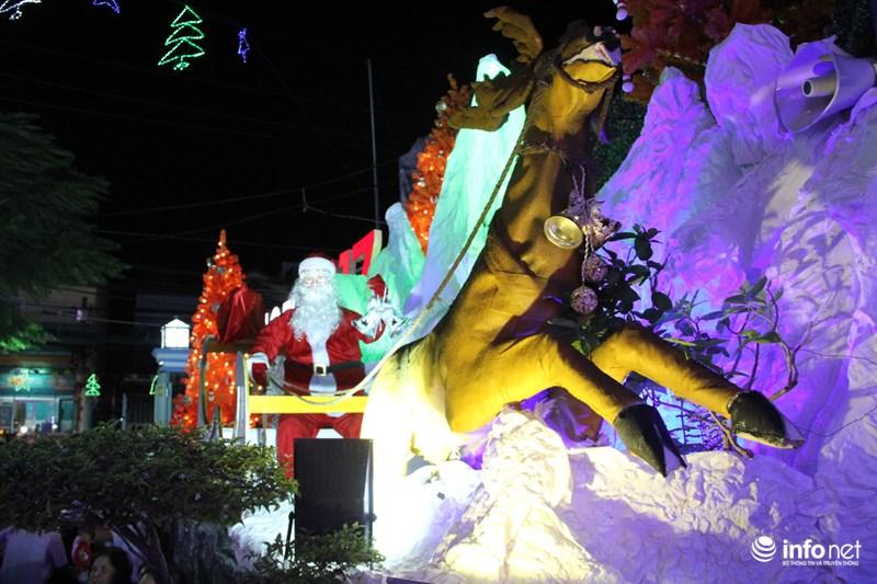 TP HCM: Hàng nghìn người đổ về xóm đạo đón Noel sớm - 4