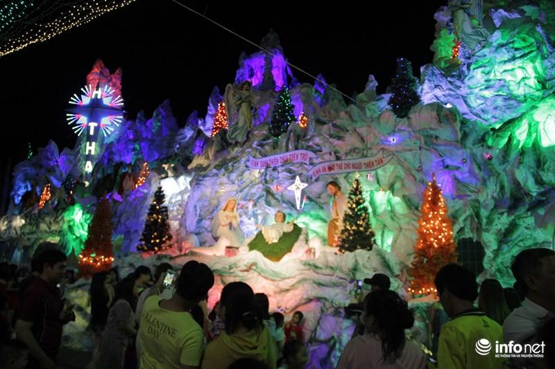 TP HCM: Hàng nghìn người đổ về xóm đạo đón Noel sớm