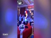 Phi thường - kỳ quặc - Bắt nữ nhân viên quỳ, tát nhau đôm đốp trên sân khấu