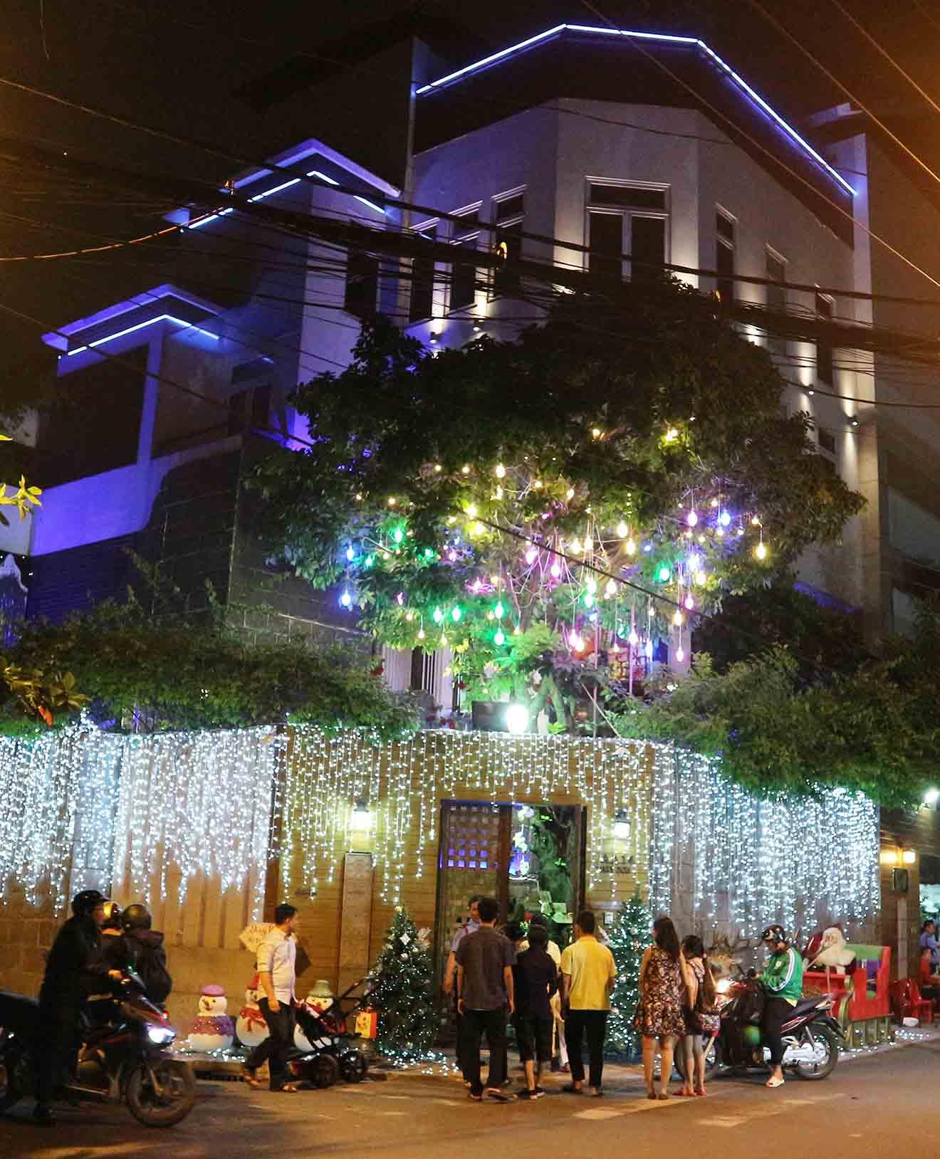 Hàng trăm người chen lấn chụp ảnh Noel tại biệt thự 3 triệu USD của Đàm Vĩnh Hưng