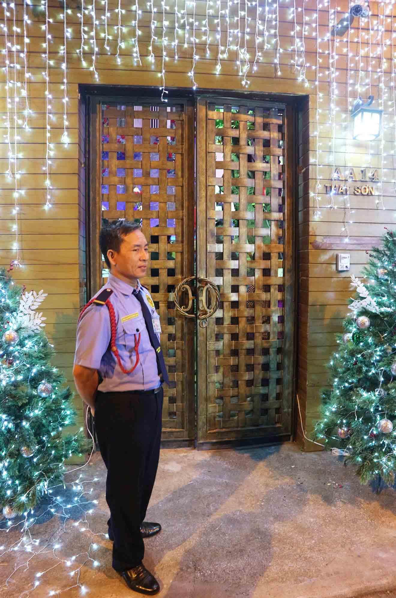 Hàng trăm người chen lấn chụp ảnh Noel tại biệt thự 3 triệu USD của Đàm Vĩnh Hưng - 16