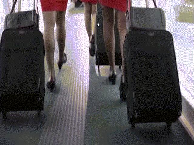 Tiếp viên hàng không Malaysia bị chỉ trích vì váy ngắn