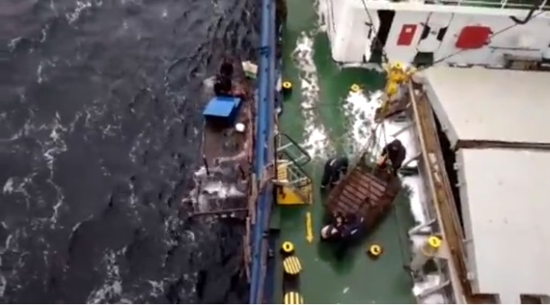 """Video: Giải cứu ngư dân Triều Tiên từ """"tàu ma"""" sắp chìm"""