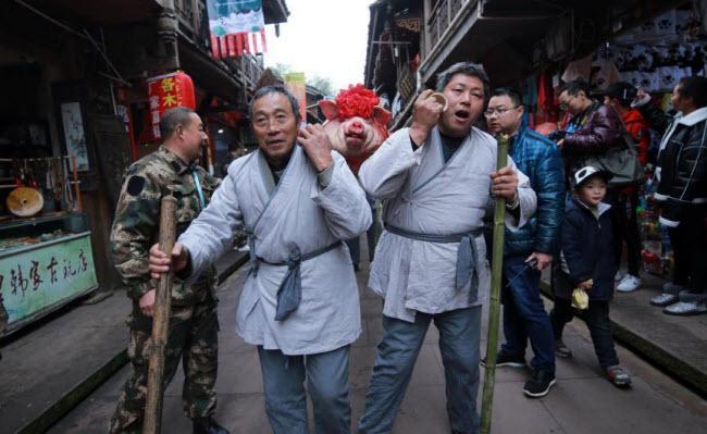 """Du khách đổ xô xem lễ tế lợn có """"một không hai"""" ở Trung Quốc - 2"""