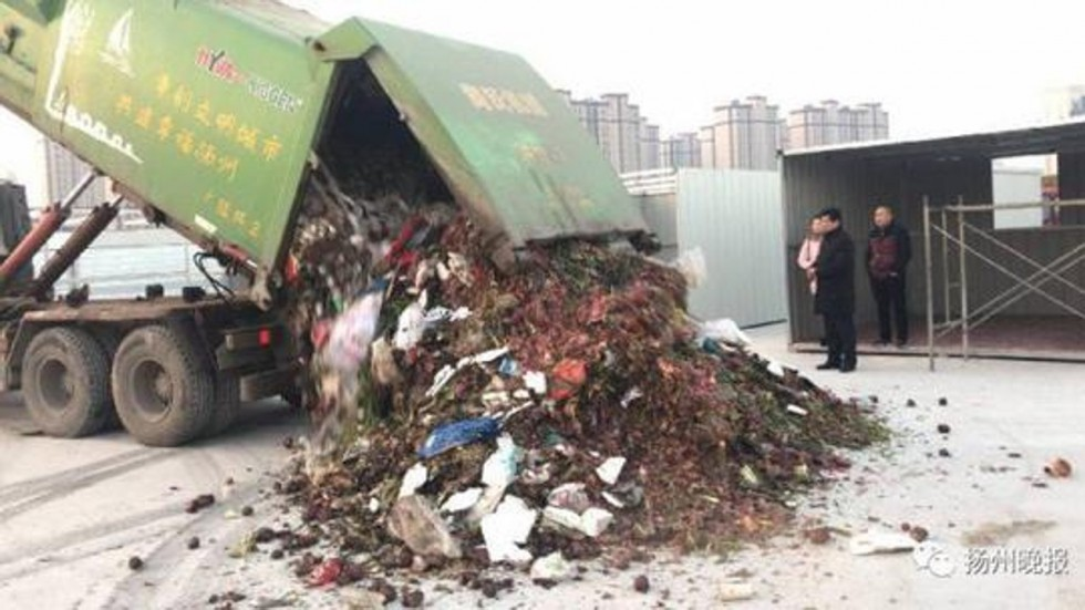 TQ: Bới 13 tấn rác, tìm được vật quý 380 triệu đồng