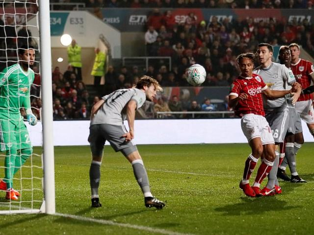 """MU bị loại sốc: Báo chí Anh gọi là kì tích của Bristol, """"dìm"""" Mourinho 2"""