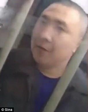 Video: Bé gái TQ tạm biệt bố, không biết bố bị đưa đi tử hình
