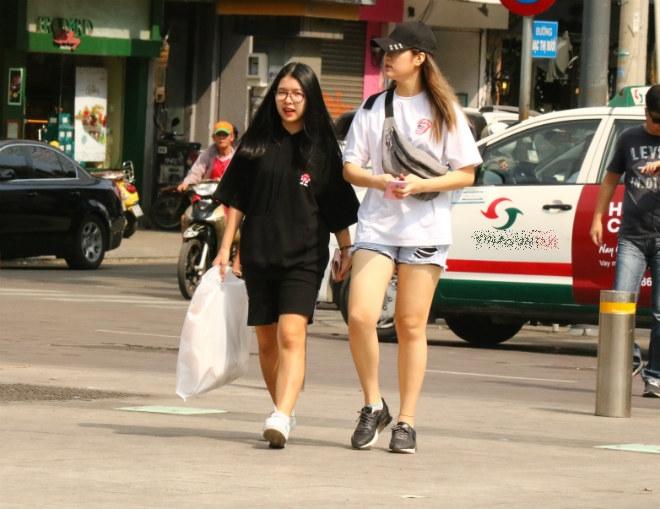 Sài Gòn trở lạnh, nhiều cô gái vẫn giữ thói quen ăn vận thoáng mát - 2