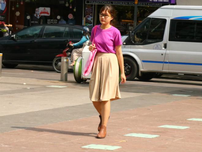 Sài Gòn trở lạnh, nhiều cô gái vẫn giữ thói quen ăn vận thoáng mát - 3
