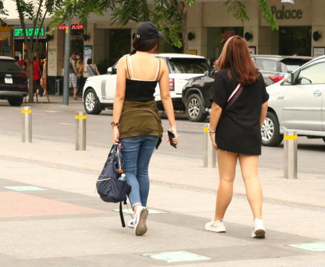 Sài Gòn trở lạnh, nhiều cô gái vẫn giữ thói quen ăn vận thoáng mát - 10