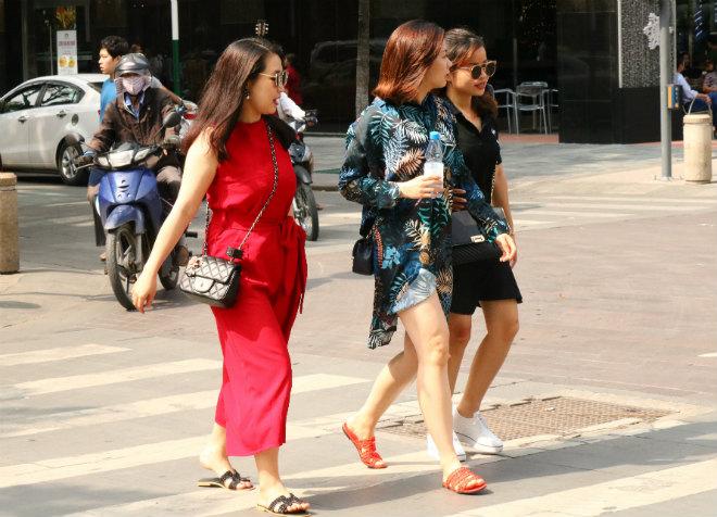 Sài Gòn trở lạnh, nhiều cô gái vẫn giữ thói quen ăn vận thoáng mát - 5