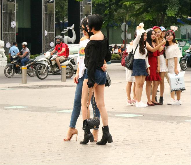 Sài Gòn trở lạnh, nhiều cô gái vẫn giữ thói quen ăn vận thoáng mát - 12