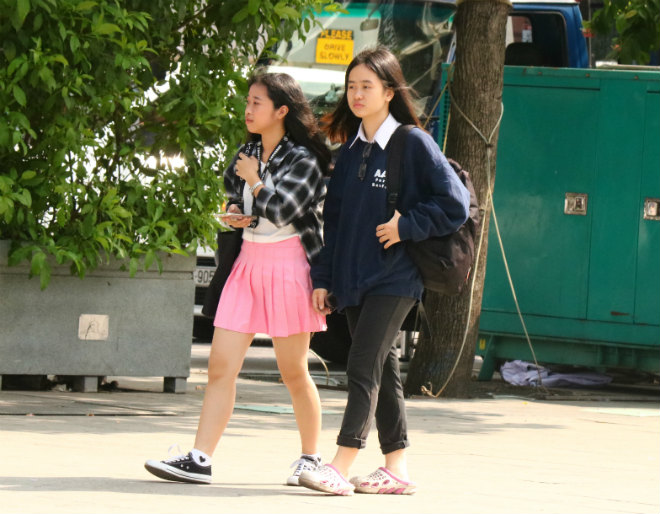 Sài Gòn trở lạnh, nhiều cô gái vẫn giữ thói quen ăn vận thoáng mát - 8