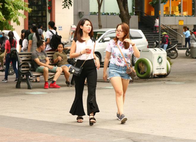 Sài Gòn trở lạnh, nhiều cô gái vẫn giữ thói quen ăn vận thoáng mát - 13