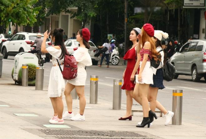 Sài Gòn trở lạnh, nhiều cô gái vẫn giữ thói quen ăn vận thoáng mát - 14