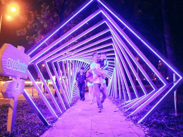 """""""Lạc lối"""" trong vườn ánh sáng độc nhất ở Sài Gòn dịp Giáng sinh"""