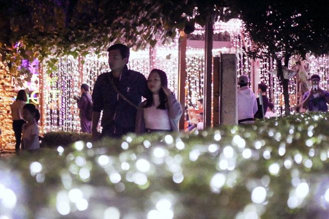 """""""Lạc lối"""" trong vườn ánh sáng độc nhất ở Sài Gòn dịp Giáng sinh - 5"""
