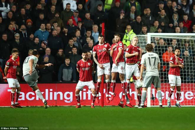 """Quật ngã MU, đội hạng Nhất Bristol ăn mừng """"điên dại, vỡ sân"""" 3"""