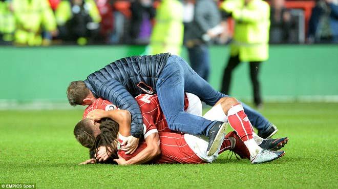 """Quật ngã MU, đội hạng Nhất Bristol ăn mừng """"điên dại, vỡ sân"""" 9"""