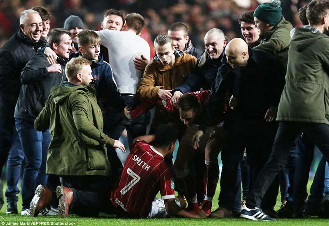 """Quật ngã MU, đội hạng Nhất Bristol ăn mừng """"điên dại, vỡ sân"""" 10"""