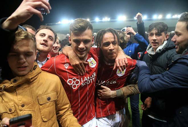 """Quật ngã MU, đội hạng Nhất Bristol ăn mừng """"điên dại, vỡ sân"""" 11"""