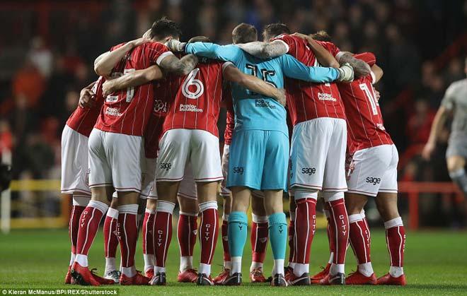 """Quật ngã MU, đội hạng Nhất Bristol ăn mừng """"điên dại, vỡ sân"""" 1"""