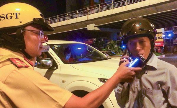 Theo chân CSGT kiểm tra dân nhậu Sài Gòn