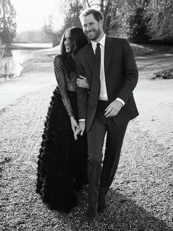 Hôn thê Hoàng tử Anh diện váy đính hôn 1,7 tỷ đồng